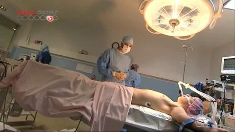Attention, images de chirurgie ! La liposuccion permet d'extraire la graisse qui entoure la glande mammaire.