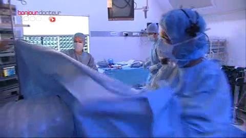 Attention, images de chirurgie ! L'ablation de la tumeur s'effectue sous coelioscopie.