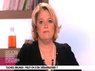 Marina Carrère d'Encausse et Michel Cymes expliquent l'apparition des taches brunes.