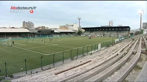 Au Red Star, club de football de Saint-Ouen, les éducateurs sportifs sensibilisent les jeunes joueurs au risque de crampes durant les entraînements.