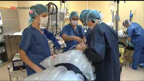 Attention images de chirurgie de l'une des étapes de la métamorphose d'un patient atteint de Goldenhar.