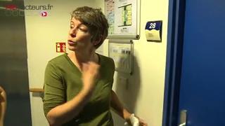 """À l'établissement d'hébergement pour personnes âgées dépendantes """"Le Fir"""" à Paris, les professionnels suivent une formation baptisée ''Humanitude''. (sujet du 7 décembre 2015)"""