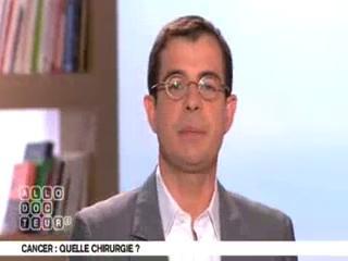 Benoît Thevenet et Michel Cymes expliquent la place de la chirurgie dans le traitement des cancers.