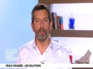 Benoît Thevenet et Michel Cymes expliquent la peau grasse.