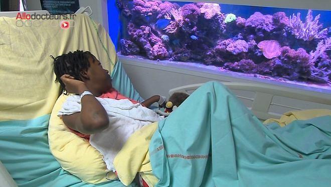 Un aquarium dans un hôpital pédiatrique pour détendre les jeunes patients