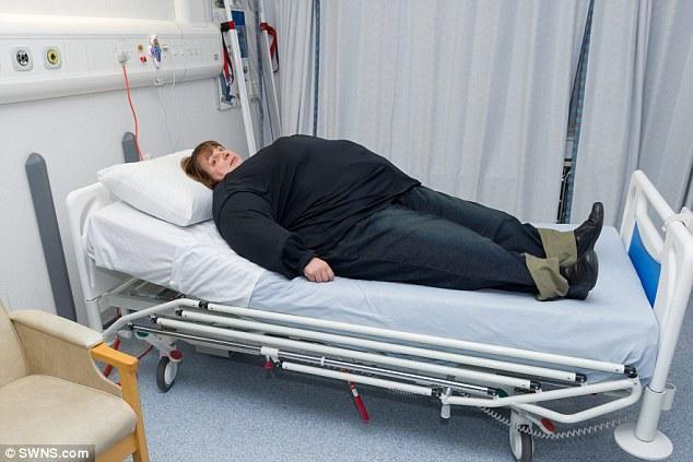 Respirer en position allongée est beaucoup plus difficile lorsque la combinaison est revêtue (droits réservés : SWNS.com)