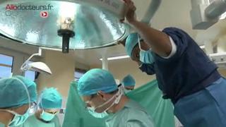 Attention images de chirurgie ! Lorsque le côlon et le rectum sont tapissés de polypes, pour prévenir tout risque de cancer, la seule solution c'est l'opération.