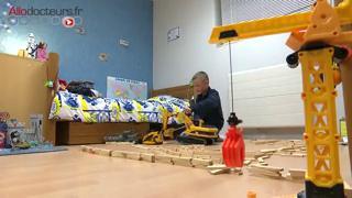 Léo, 8 ans et demi, utilise le dispositif depuis plusieurs semaines, et le résultat est encourageant.