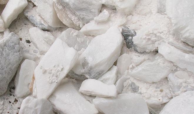 Minérai de talc dans un gisement (cc-by-sa Pelex).