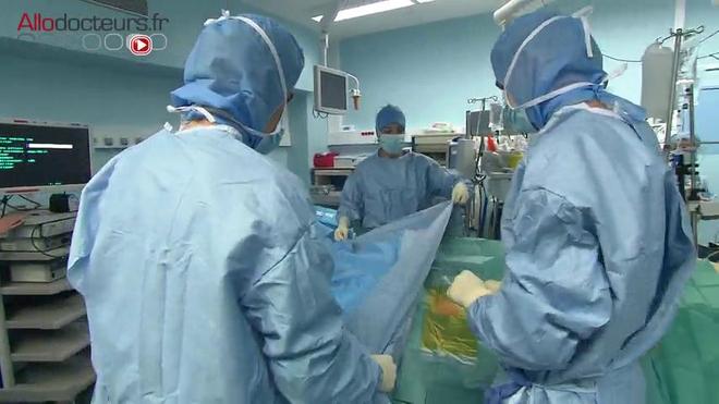 Attention, images de chirurgie ! L'intervention consiste à retirer le maximum de la tumeur dans des zones à haut risque
