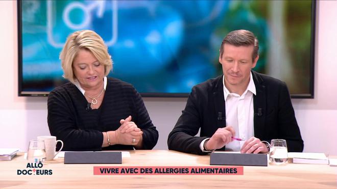 L'allergologue effectue un test cutané de réaction sur le bras du patient.