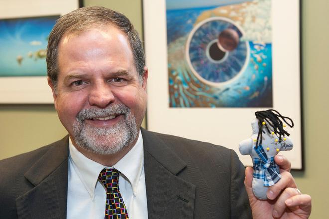 Le professeur Brad Bushman et l'une des 214 poupées utilisées durant l'expérience. (droits réservés)