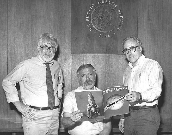 En 1980, les trois directeurs successifs du Programme d'éradication globale de la variole, lors de l'annonce officielle du succès de l'entreprise.  (Crédit photo : CDC)