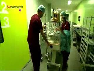 Attention, images de chirurgie : réintégration du foie dans l'abdomen.