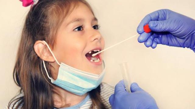 Des tests salivaires vont bientôt être déployés dans les écoles