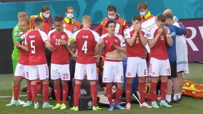 Après son malaise, les coéquipiers d'Eriksen se sont groupés autour de lui pour le cacher des caméras