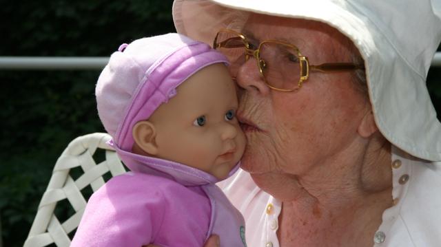 Alzheimer : des poupées pour soulager les patients