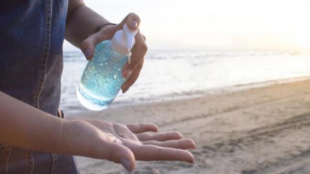 Gel hydroalcoolique : quelles précautions prendre au soleil et à la plage ?