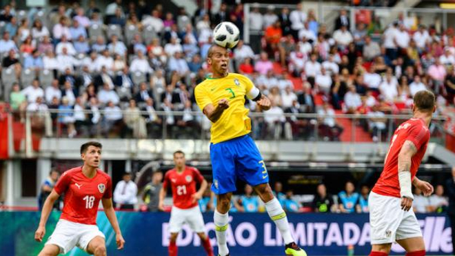 Une tête de Miranda lors d'un match amical Autriche-Brésil  ©WikiCommons