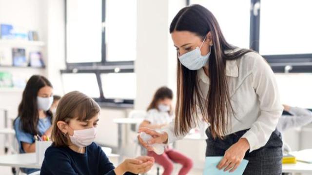 Covid: la rentrée scolaire inquiète les médecins et les enseignants