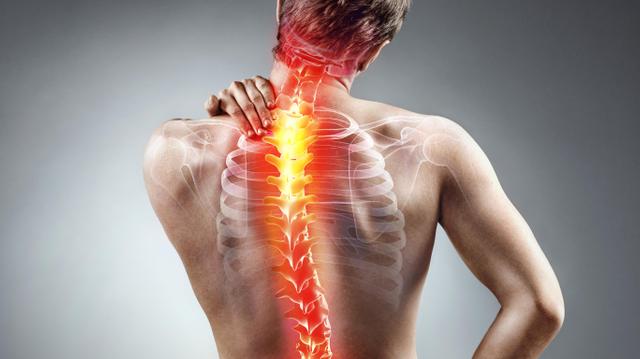 Douleurs du haut du dos : attention aux mauvaises postures !
