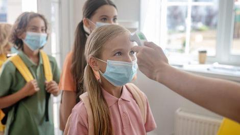 Covid : le conseil scientifique préconise des dépistages chaque semaine en primaire