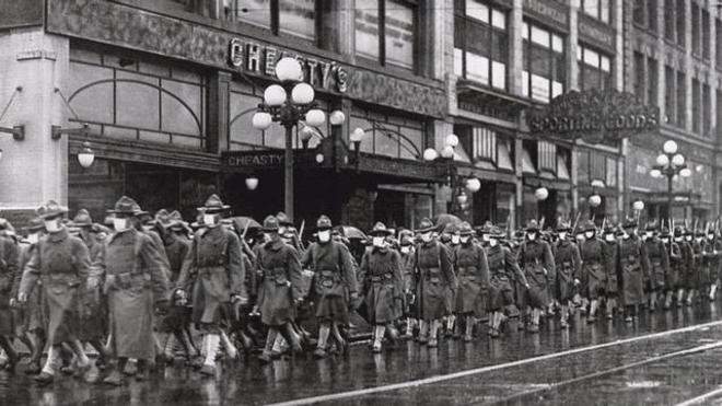A Seattle en décembre 1918, ces soldats américains portent des masques pour éviter la grippe espagnole.