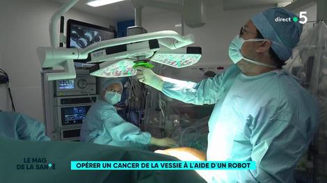 Un robot assiste le chirurgien dans l'opération du cancer de la vessie
