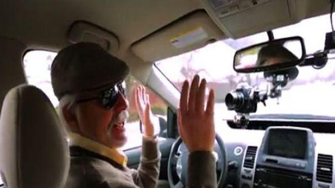 Il a conduit sans les mains !