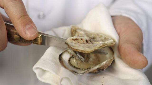 Ouvrir des huîtres : les bons gestes