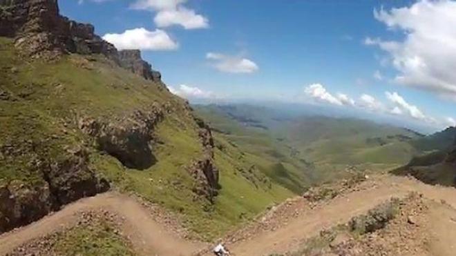 Dernière très haute route pour le cycliste à l'eau claire